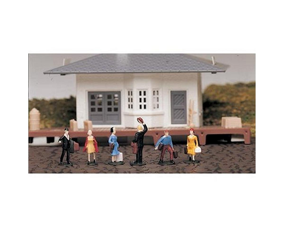 HO Waiting Passengers by Bachmann