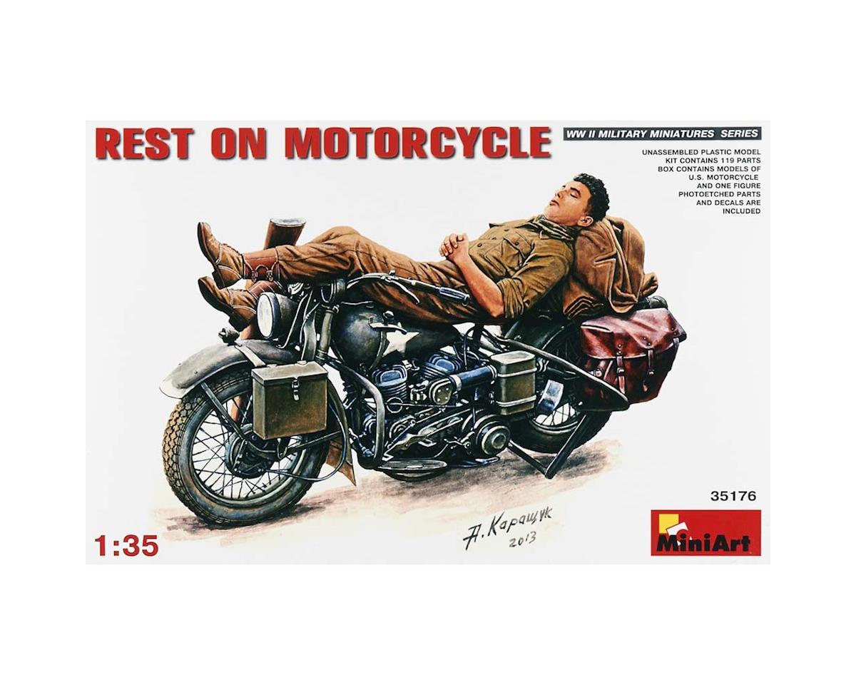 35176 1/35 Soldier Resting On Motorcycle
